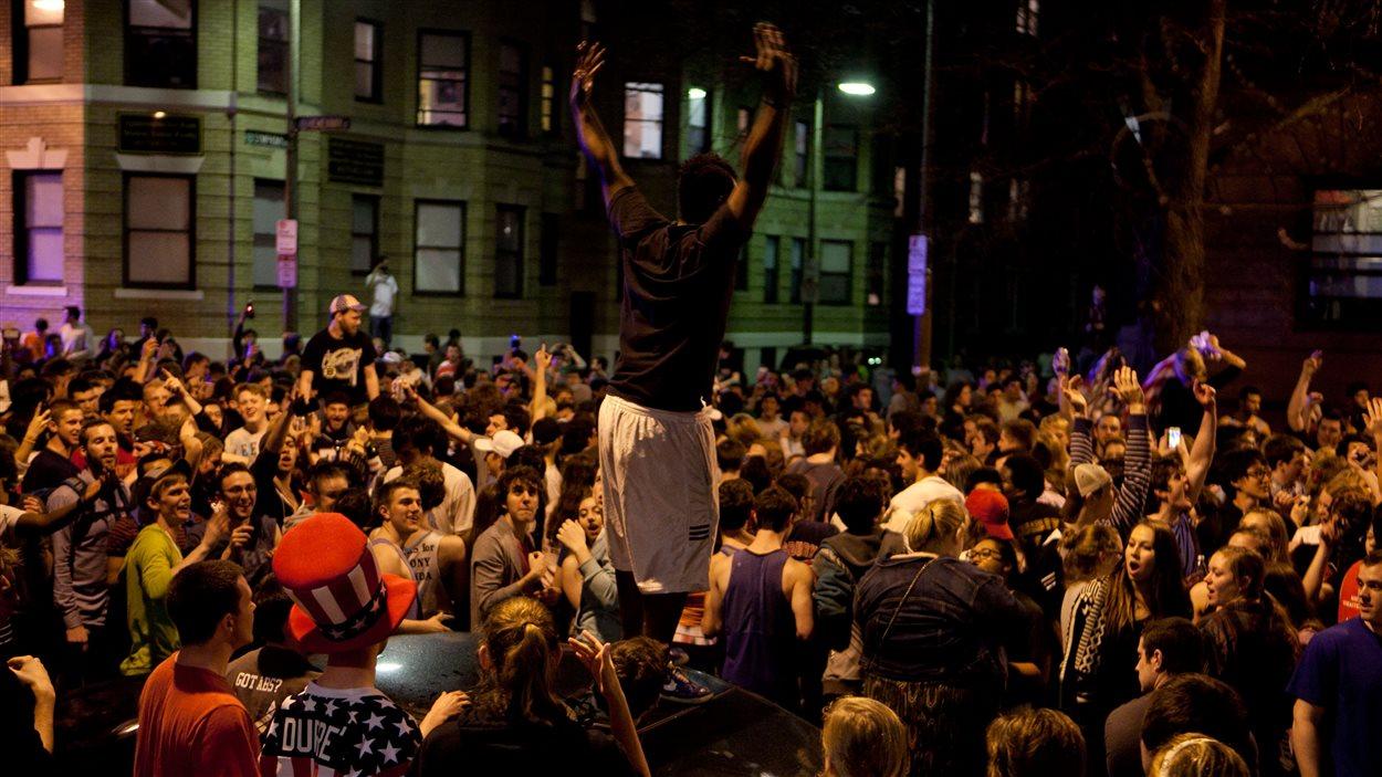 Environ 200 personnes se sont réunies dans les rues de Boston pour célébrer l'arrestation du deuxième suspect de l'attentat du marathon