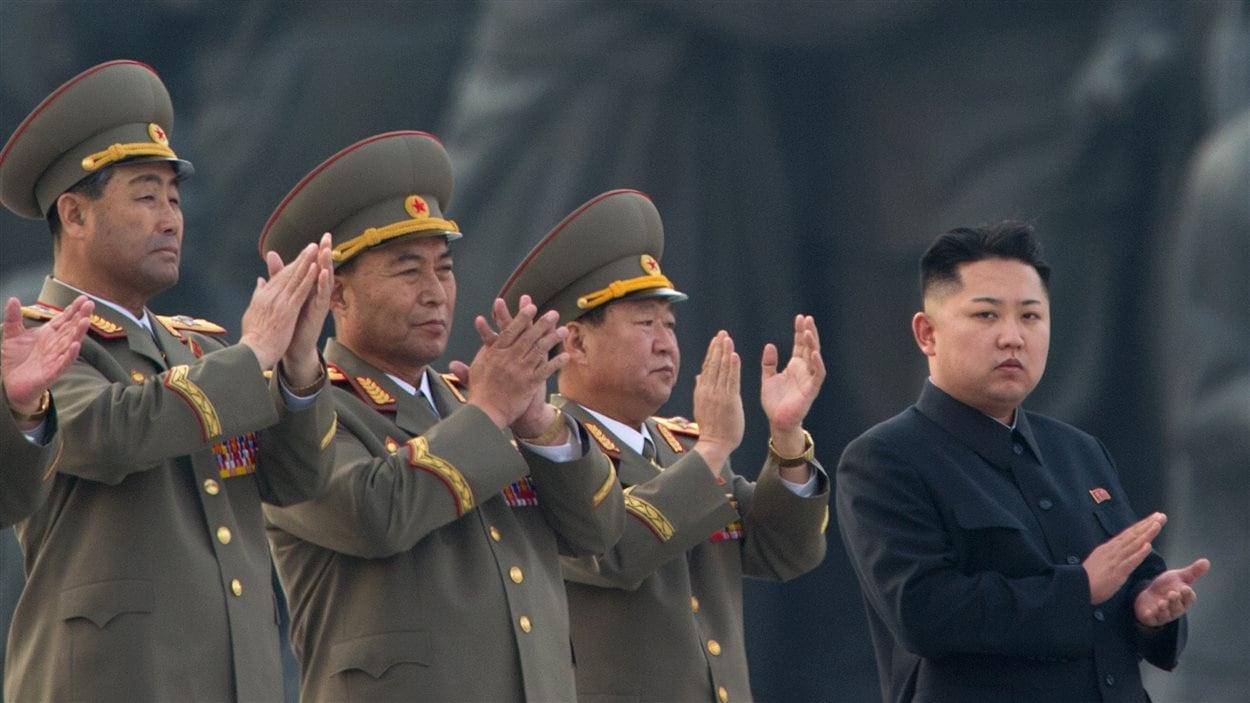 Le chef d'État nord-coréen Kim Jong-Un applaudit lors du dévoilement de statues représentant les anciens dirigeants Kim Il-Sung et Kim Jong-Il.
