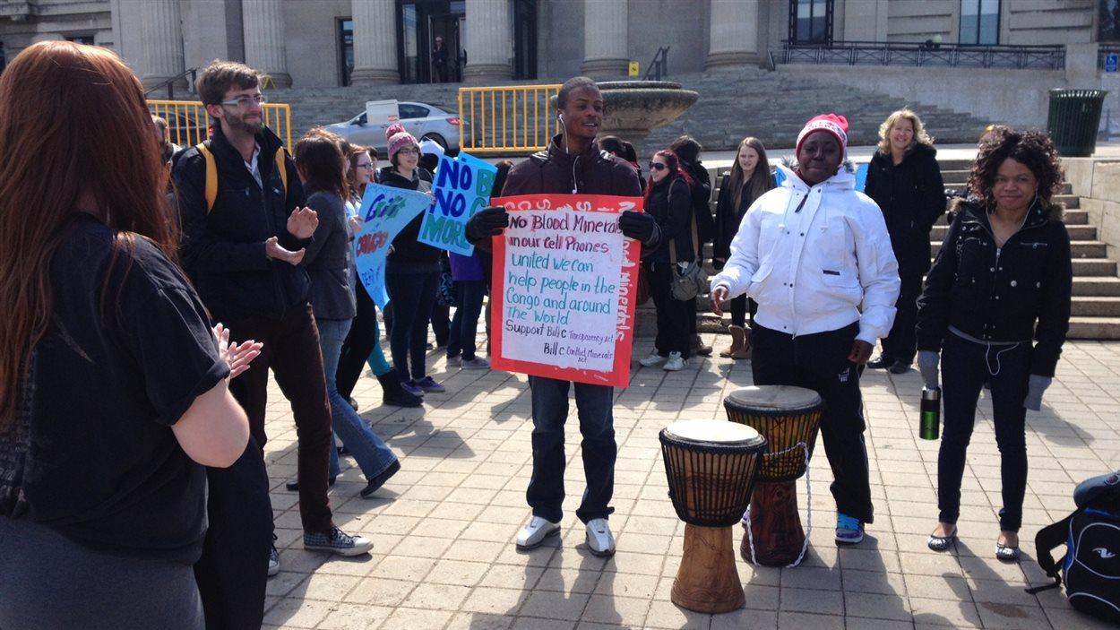Des élèves du secondaire manifestent devant le palais législatif du Manitoba à Winnipeg pour s'opposer à l'exploitation du coltan par des minières canadiennes en République démocratique du Congo, le 22 avril 2013.