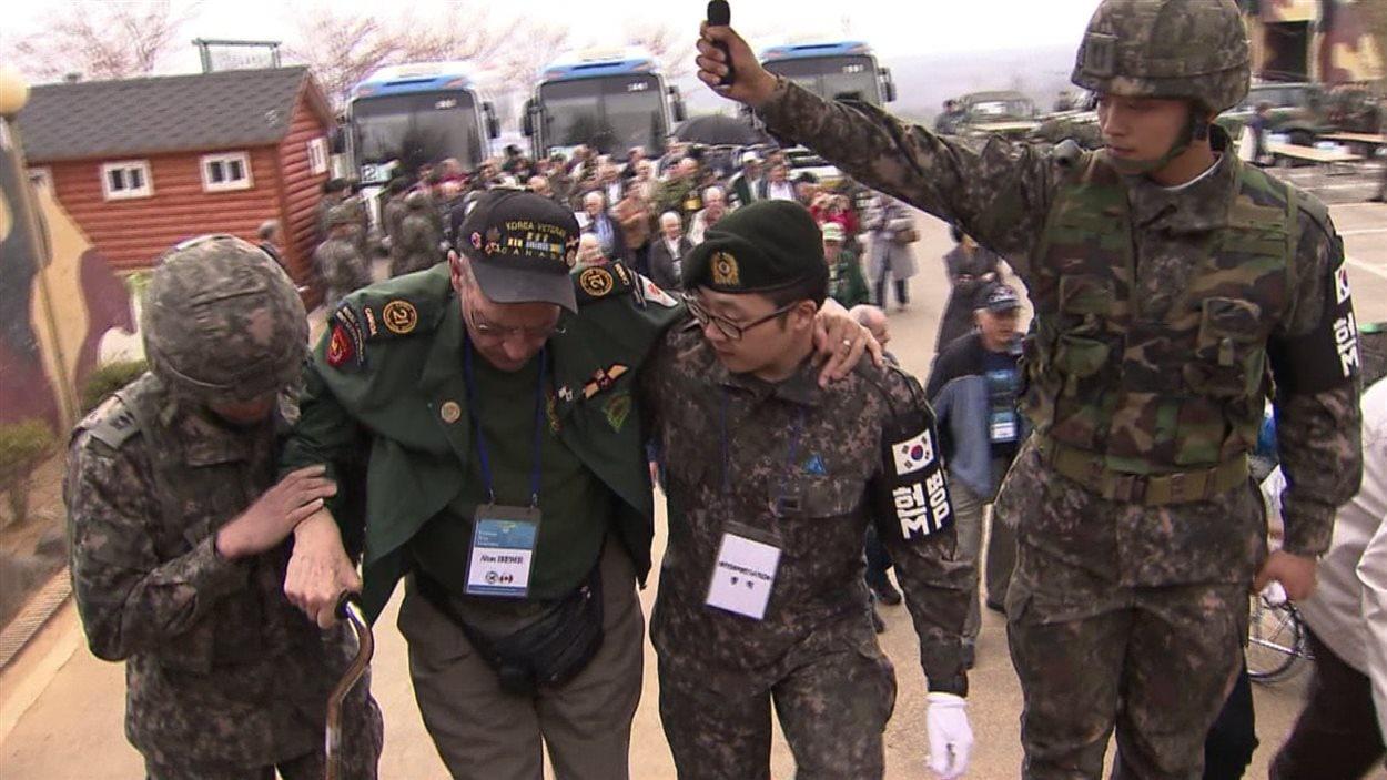 Un des vétérans a dû se faire aider de jeunes militaires coréens