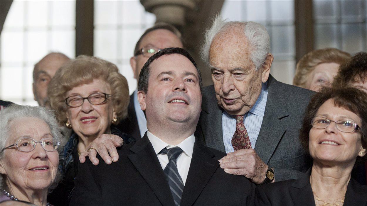 Walter Absil, un survivant de l'Holocauste, pose avec le ministre Jason Kenney à Ottawa pour l'annonce d'un nouveau monument commémoratif de la Shoah.