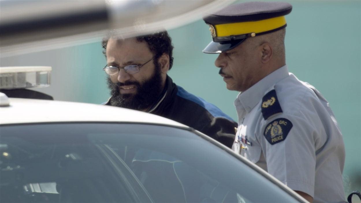 L'accusé de Montréal, Chiheb Esseghaier, à son arrivée à l'aéroport Buttonville au nord de Toronto, le 23 avril 2013