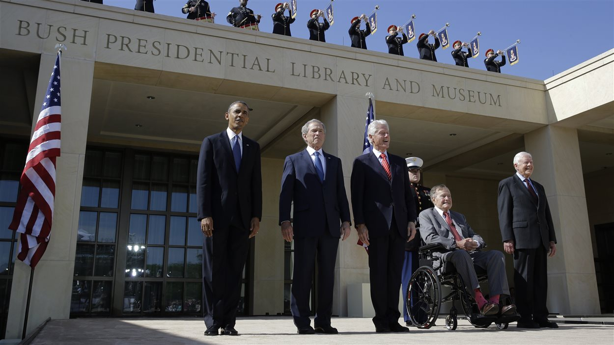 Le président Barack Obama flanqué de George W. Bush, Bill Clinton, George Bush père et Jimmy Carter.