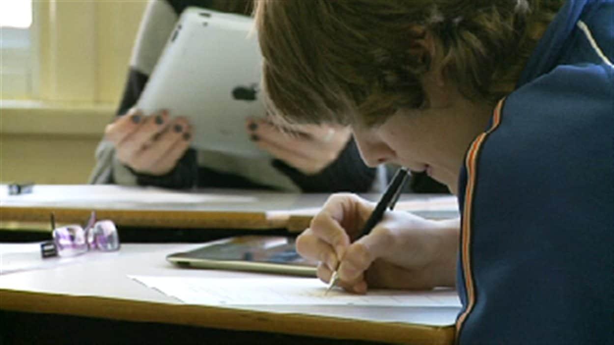 Des élèves utilisant des tablettes numériques