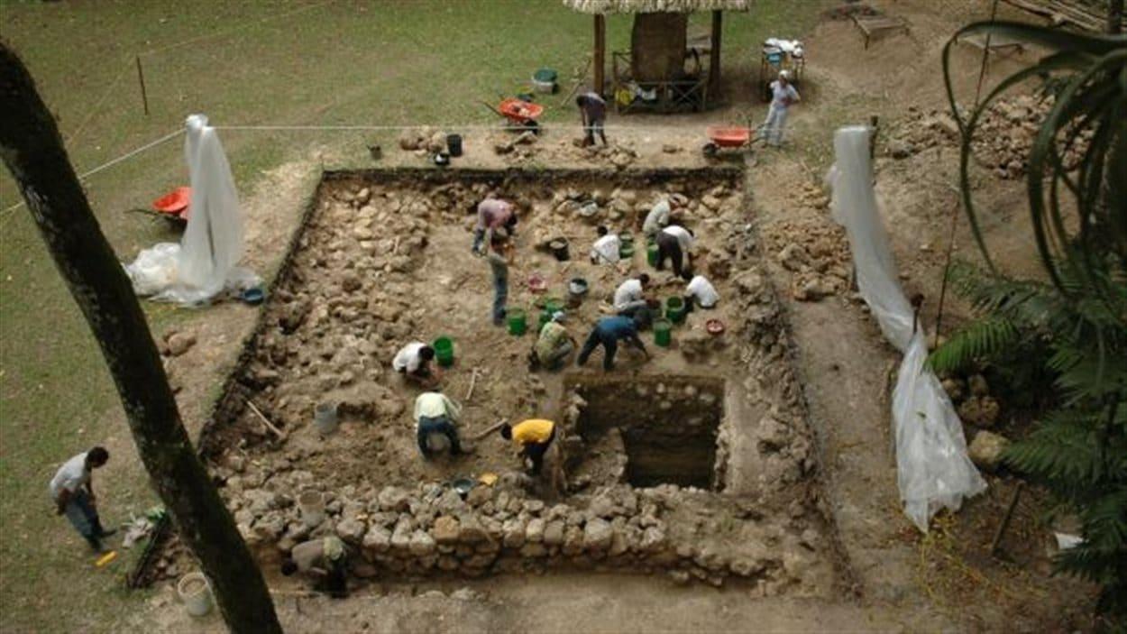 Fouilles se déroulant à Ceibal, un ancien site maya situé au Guatemala.