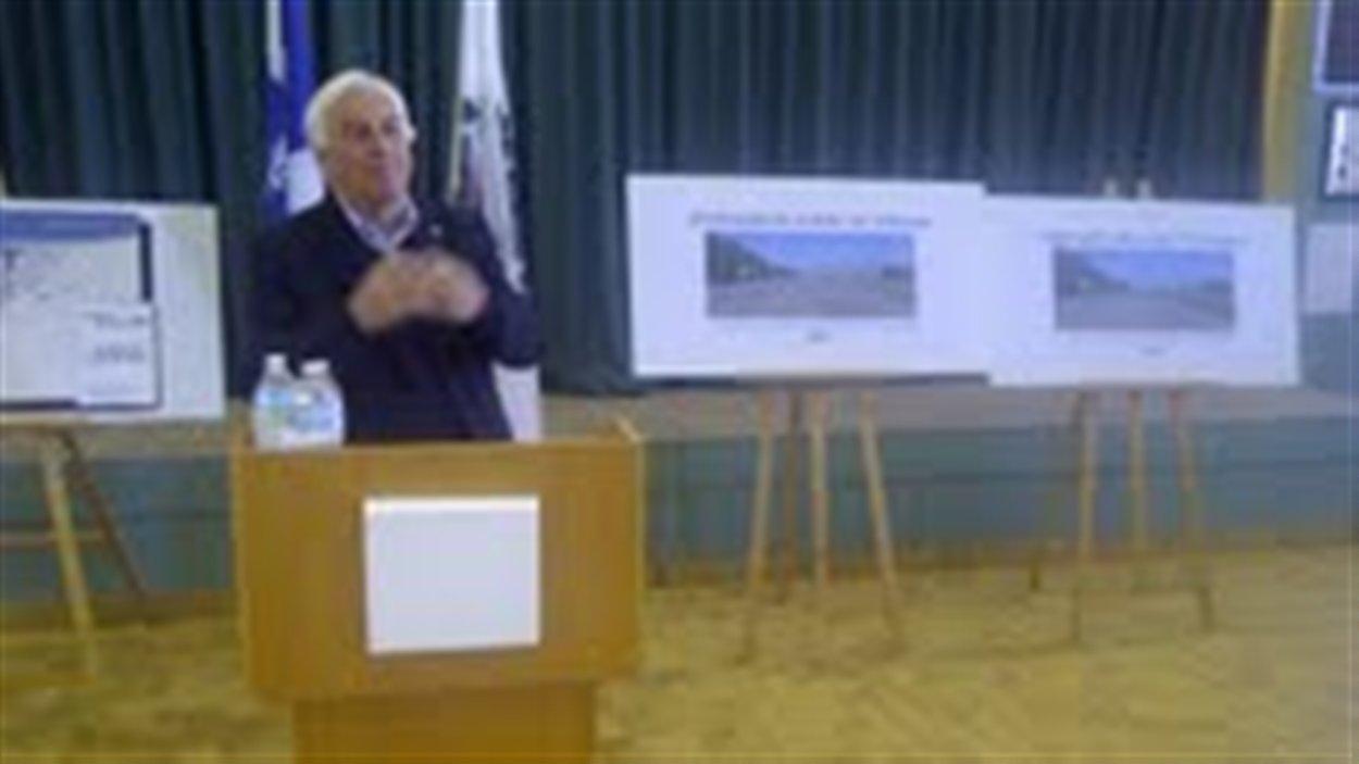 Le maire de Matane lors de l'annonce d'une aide de 733 740 $ pour le remplacement des conduites d'eau sur l'avenue Saint-Jérôme.