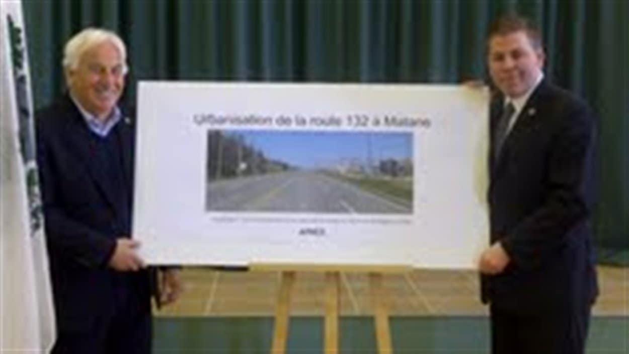 Le maire de Matane, Claude Canuel, et le ministre du Tourisme, Pascal Bérubé, présente le projet d'urbanisation d'une portion de la route 132, à l'entrée ouest de la ville.