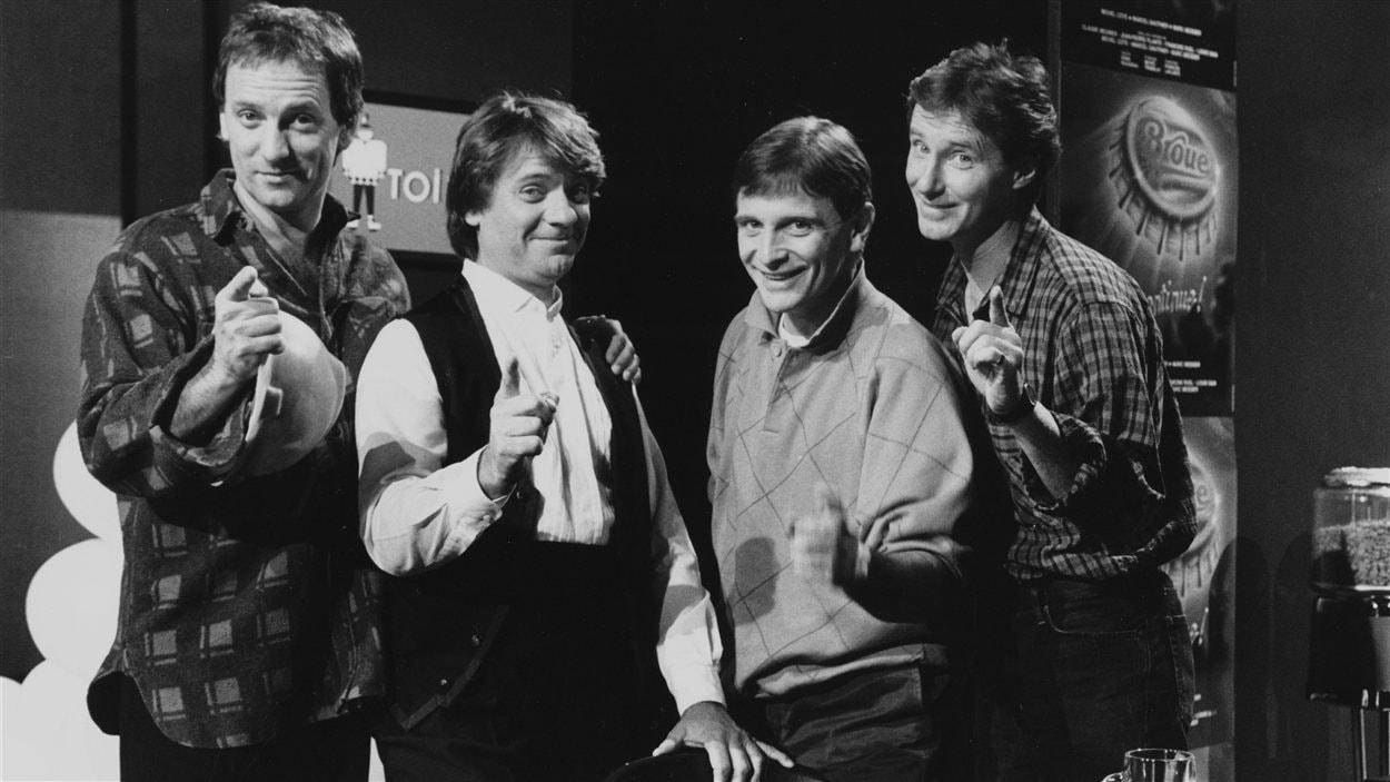 """Dans le décor de la taverne de """"Broue"""", le comédien Michel Côté, l'humoriste Jean-Guy Moreau, et les comédiens Marcel Gauthier et Marc Messier."""