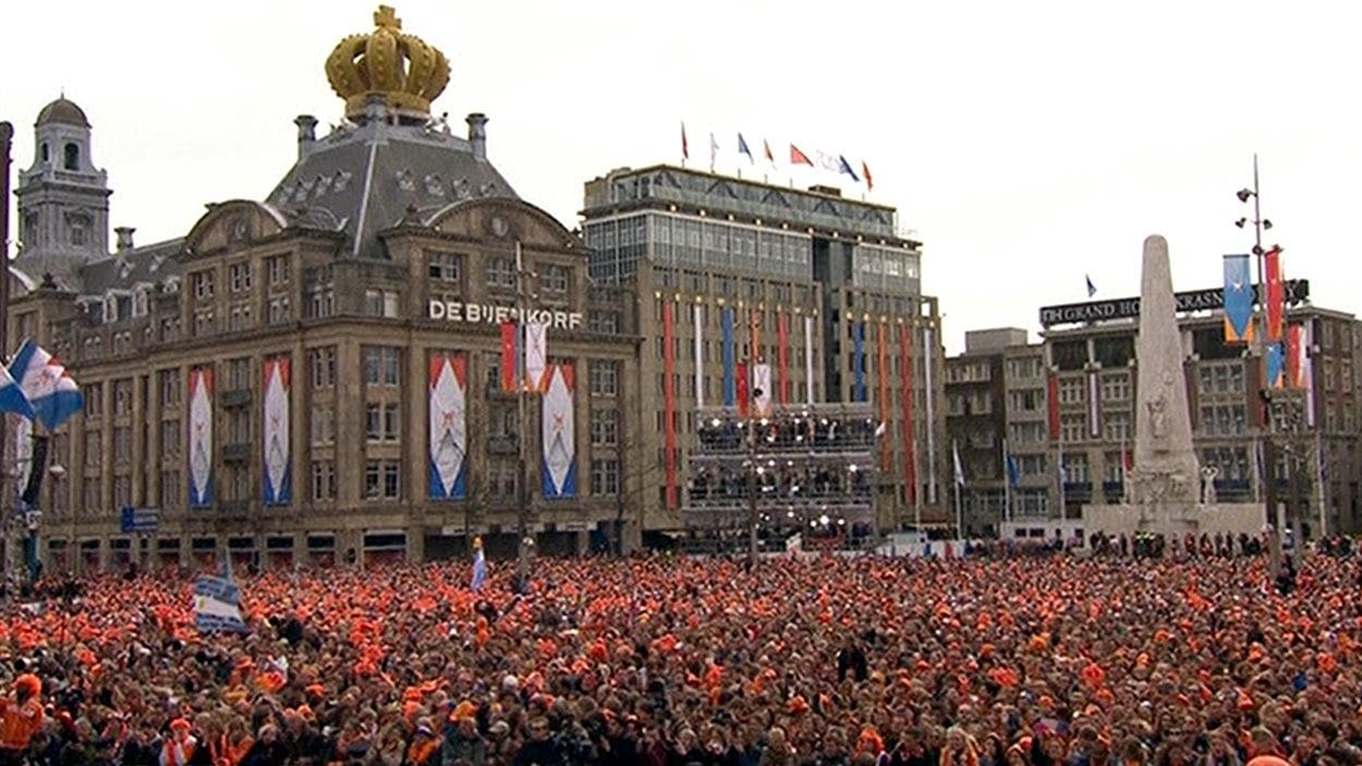 Des milliers de personnes se sont réunies place Dam, devant le palais royal, pour assister à l'intronisation du nouveau roi Willem-Alexander.
