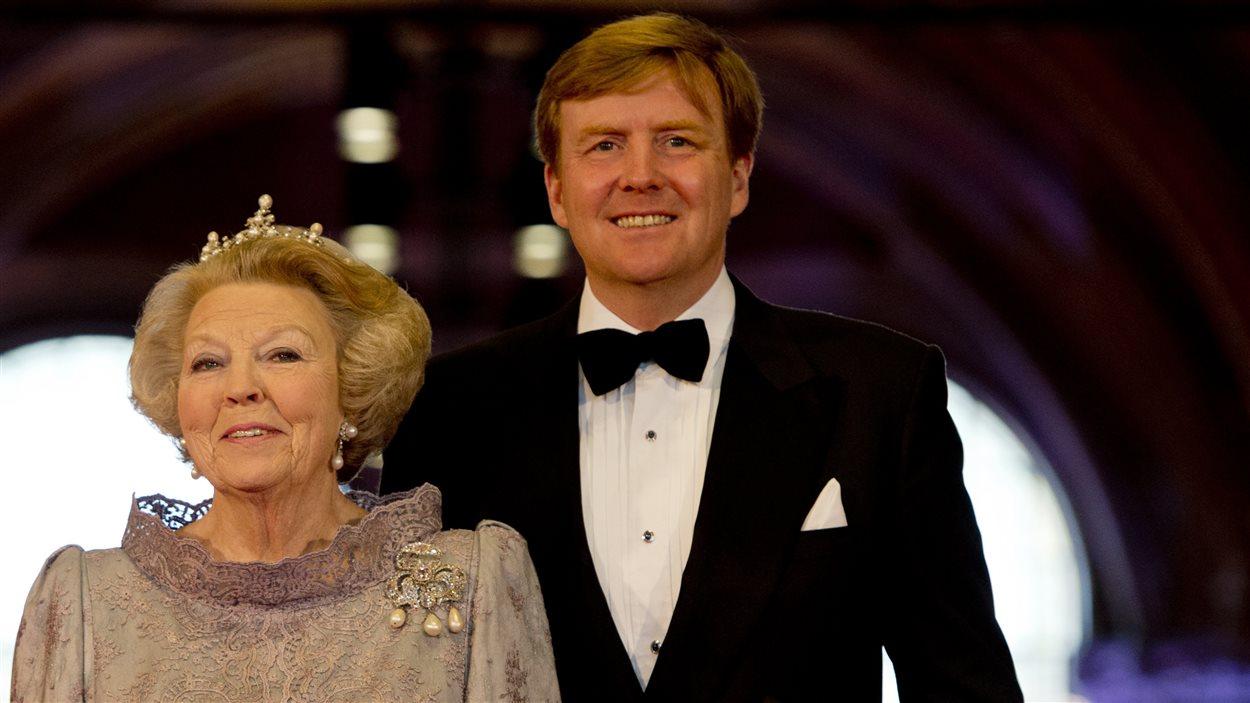 La reine Beatrix des Pays-Bas et le prince Willem-Alexander à leur arrivée au musée national la veille de l'abdication de la souveraine, le 29 avril 2013.