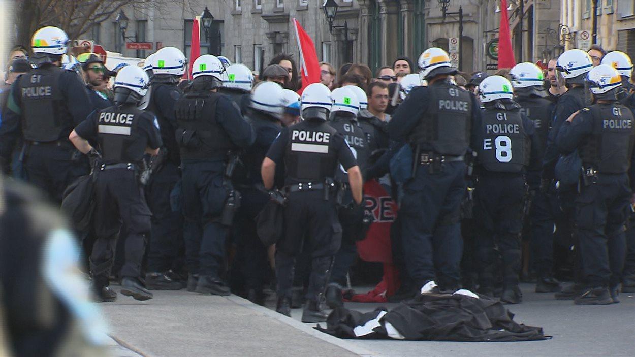 Les policiers prennent les manifestants en souricière.