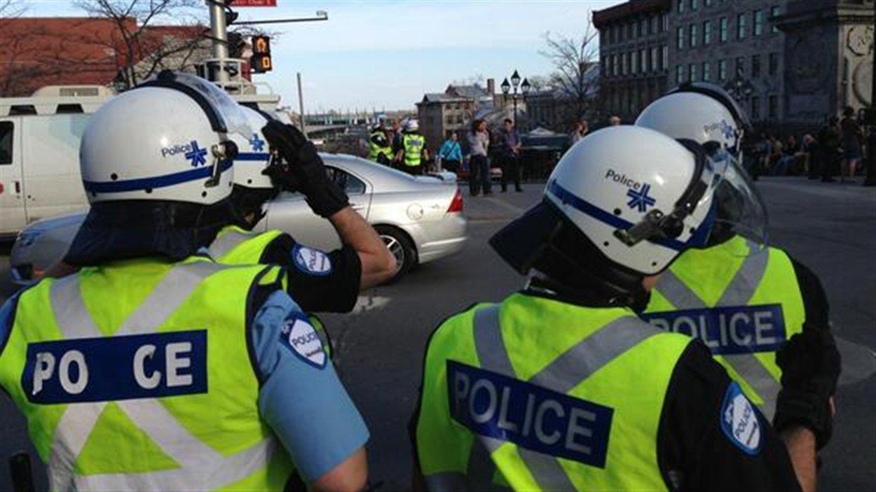 Des policiers du SPVM à la place Jaques-Carter