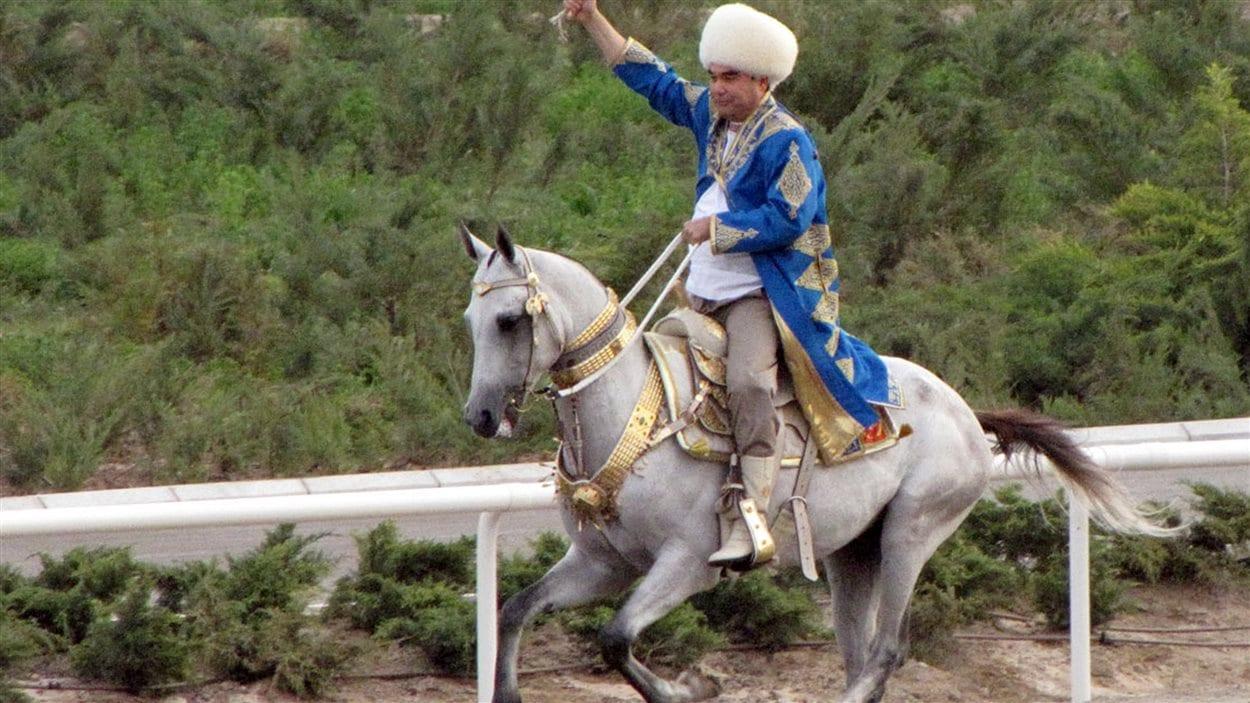 Le président Gurbanguly Berdymukhamedov est tombé de son cheval lors d'une course de chevaux en périphérie de la capitale, Ashgabat.