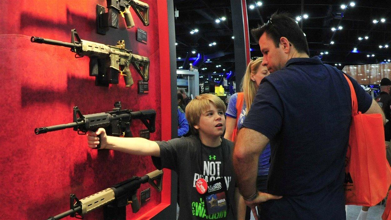 Un père et son fils à la foire de la NRA.