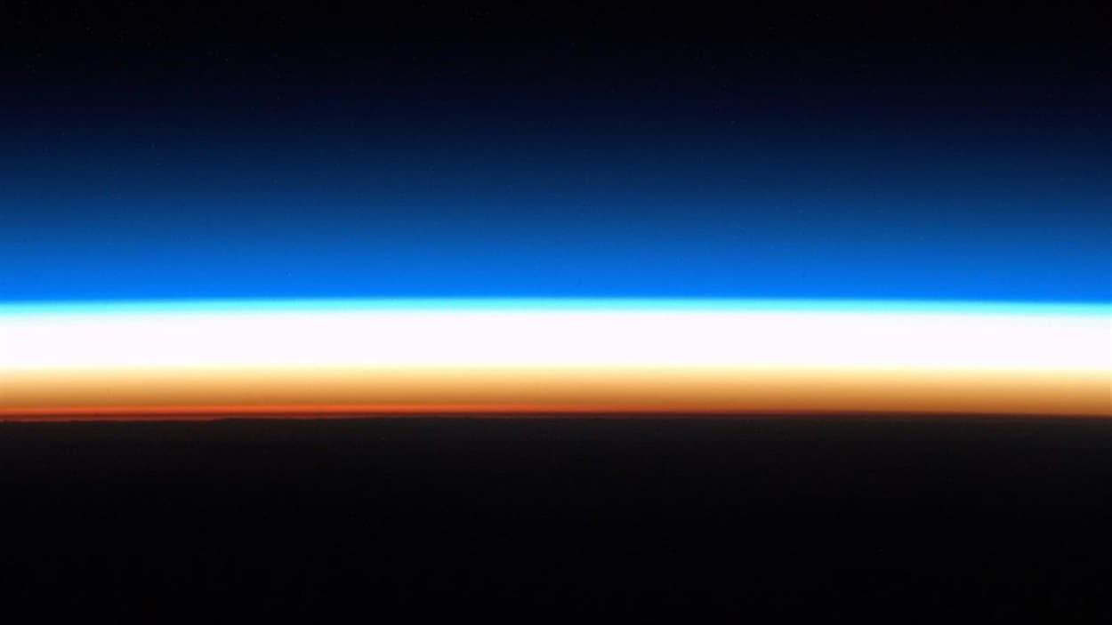 Voici l'horizon terrestre, juste avant le lever du Soleil.