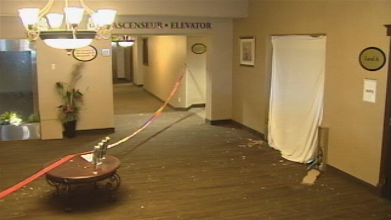Les débris provemant de la salle de réunion jonchent une partie de cette pièce