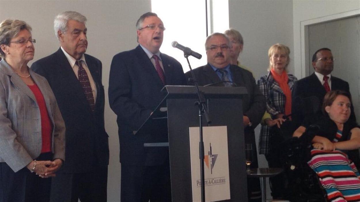 Le chef d'Union Montréal annonce la dissolution de son parti.