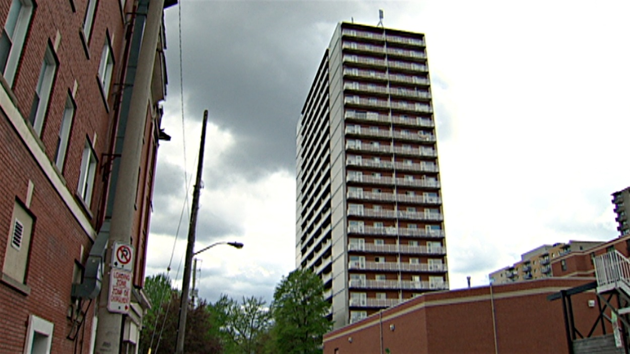 Les bénéficiaires de logements sociaux dans cette tour pourraient devoir payer des frais supplémentaires pour l'utilisation de la climatisation.
