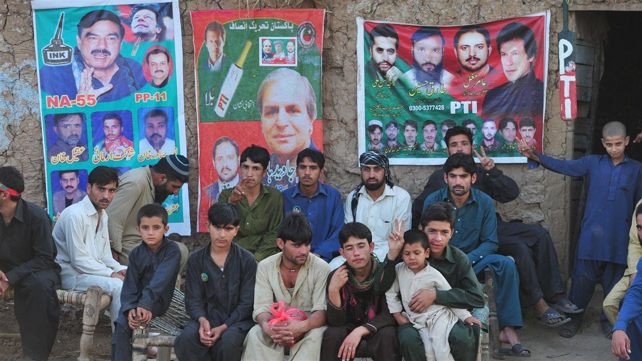 Des partisans du chef du Mouvement pour la justice et ex-vedette de cricket, Imran Khan, se sont rassemblés à Islamabad pour supporter le leader.