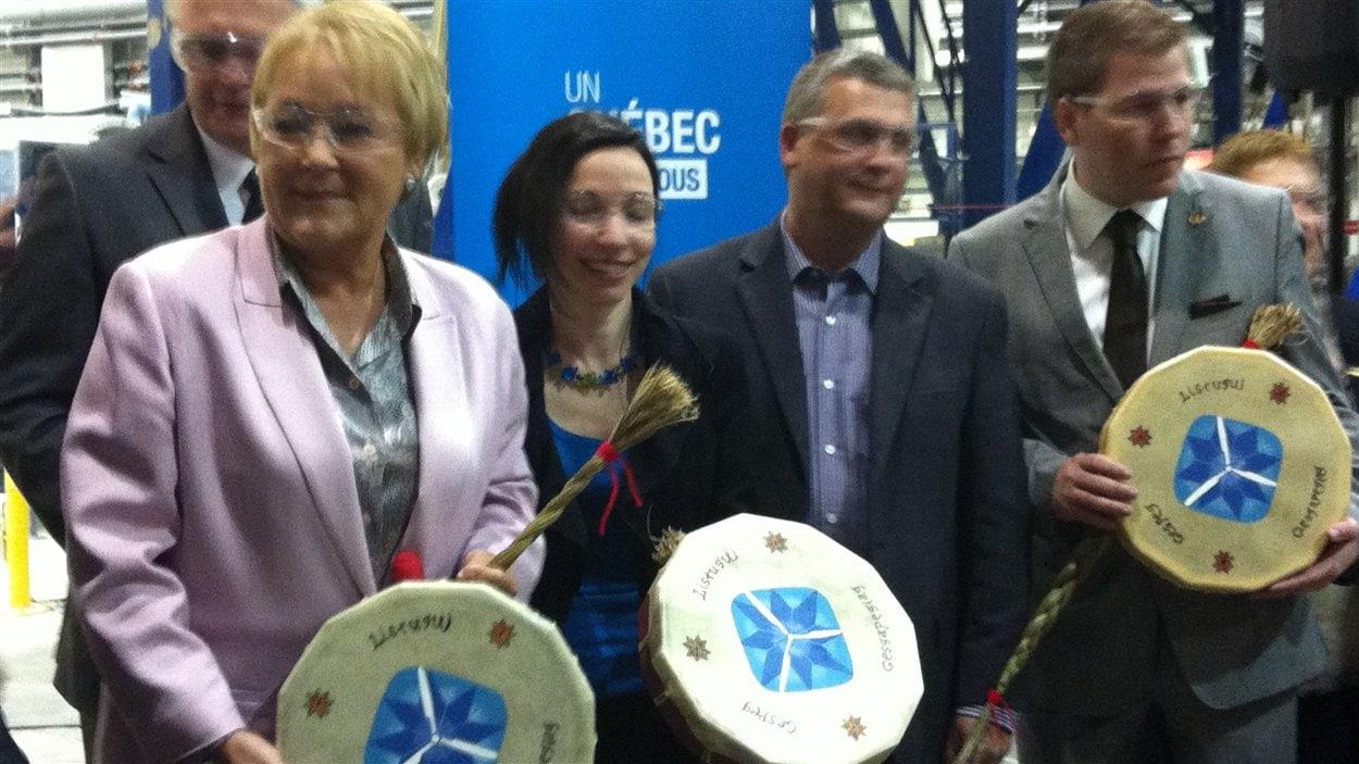 La première ministre Pauline Marois, accompagnée de la ministre des Ressources naturelles, Martine Ouellet, d'un représentant de la communauté autochtone et de Pascal Bérubé, ministre responsable de la région du Bas-Saint-Laurent
