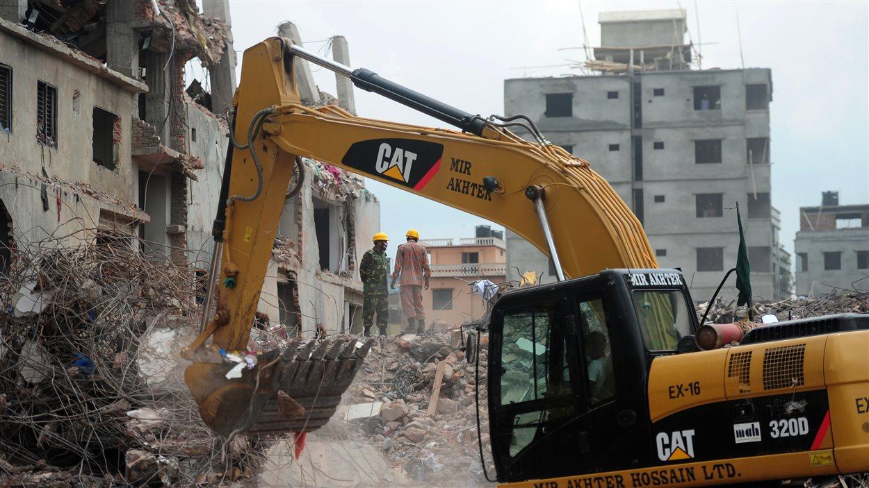 L'opération visant à récupérer les corps dans les décombres se poursuit.