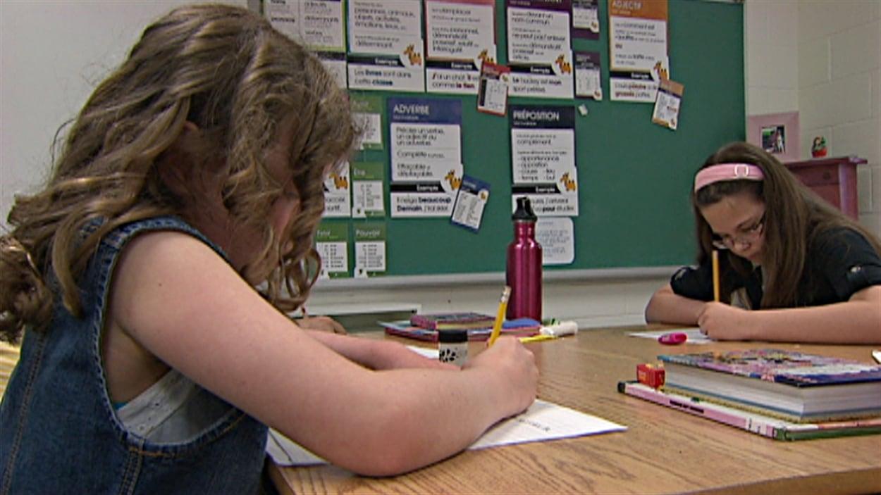 Les élèves de 5e année de l'École élémentaire catholique des Voyageurs, à Ottawa, écrivent une lettre au premier ministre Harper.