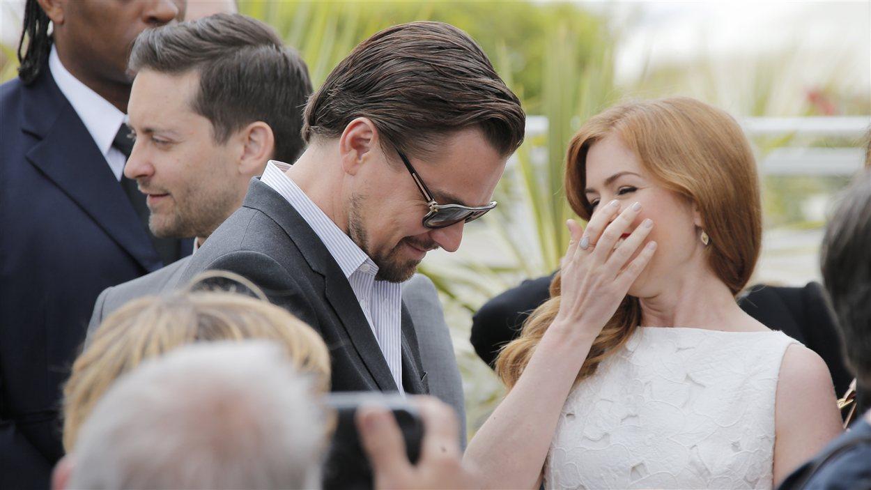 Leonardo DiCpario et Isla Fisher s'amusent avant une séance photo à Cannes le 15 mai pour Gatsby le magnifique