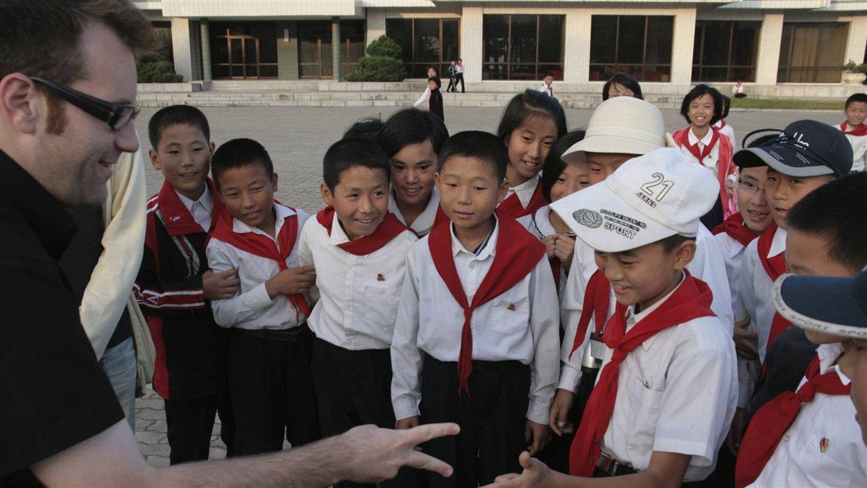 Christopher Graper rencontre des enfants en Corée du Nord.