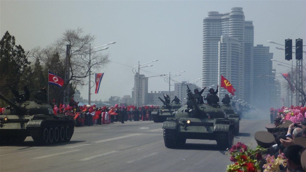 Des chars au défilé de la commémoration du 100e anniversaire de la naissance de Kim Il Sung.