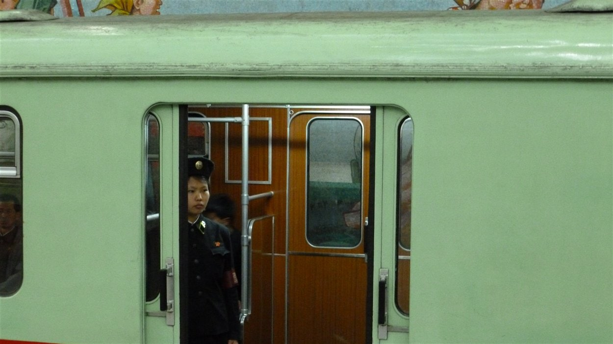 Une opératrice du métro à Pyongyang