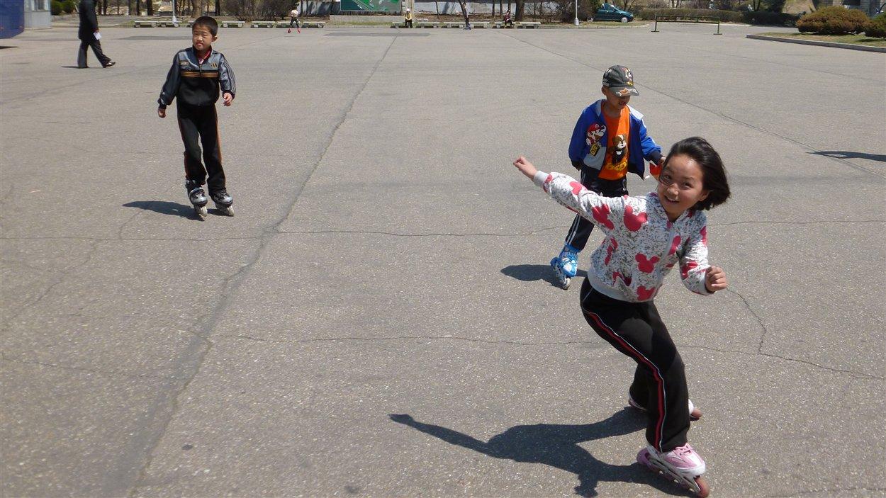 Des enfants font du patin en ligne dans un parc de Pyongyang.