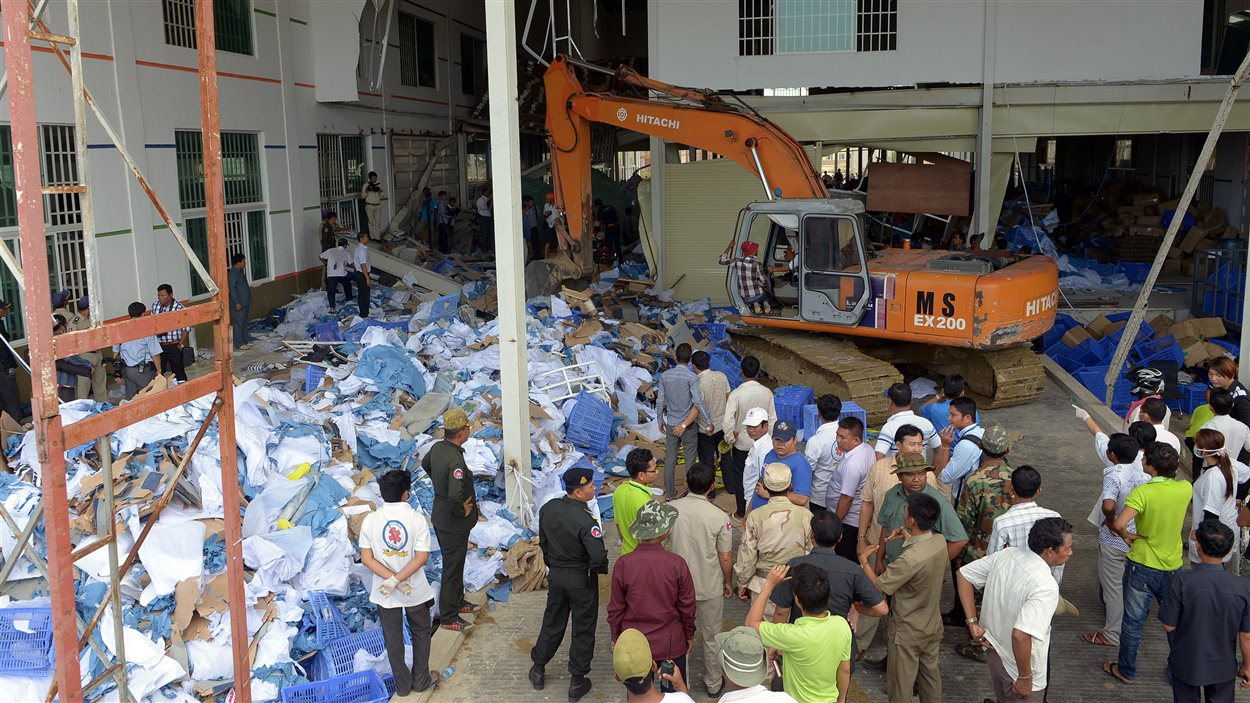 Des secouristes fouillent les décombres dans une usine du Cambodge