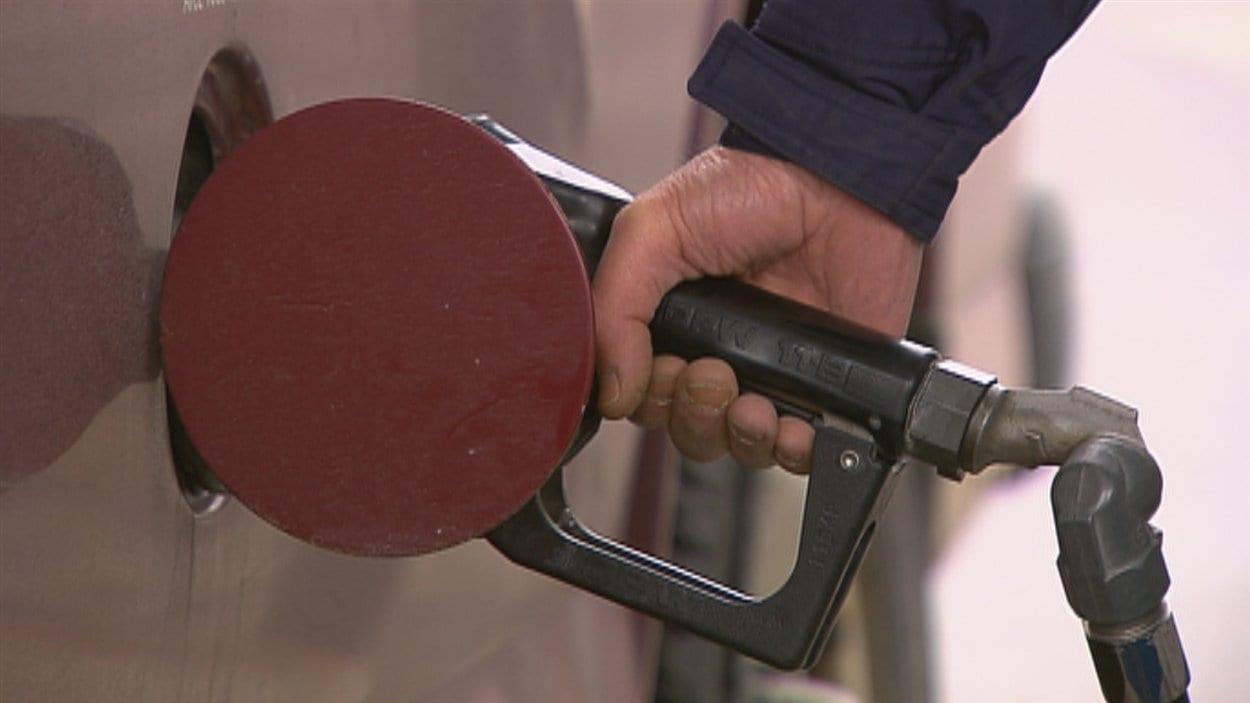 Un client met de l'essence dans sa voiture.