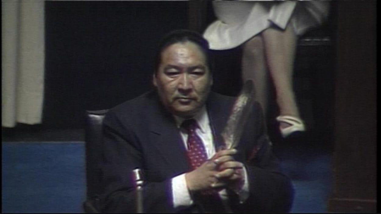 Plume à la main, le député Elijah Harper exprime devant l'Assemblée législative du Manitoba son opposition à la ratification de l'accord du lac Meech par la province, en 1990.