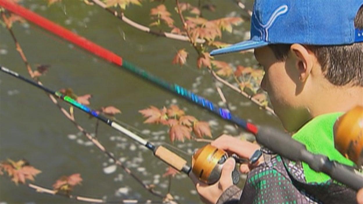Un jeune pêche