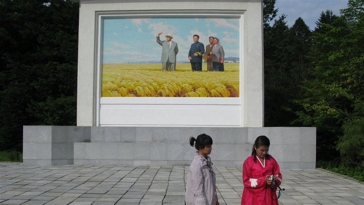 Ferme coopérative de Tongbong près de Wosan, avec une peinture typique de Kim Il Sung et de Kim Jong Il.