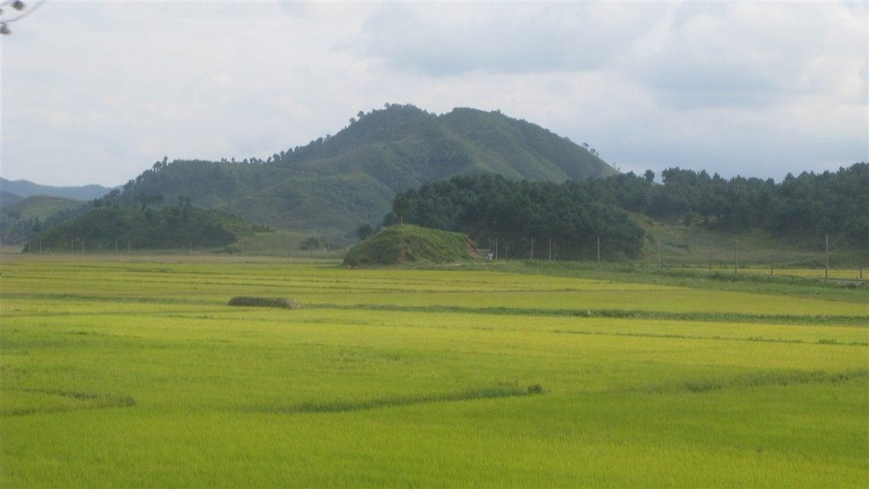 La campagne nord-coréenne près des monts Kumgang
