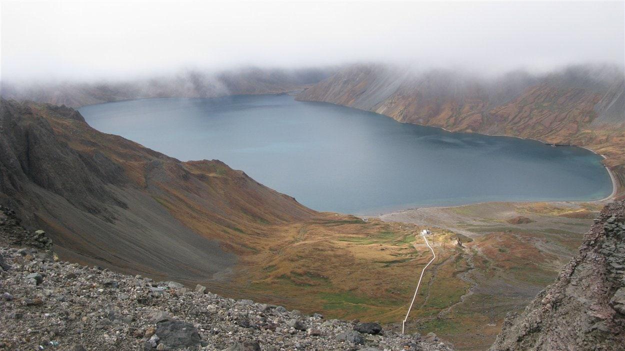 Le lac Chon au sommet du mont Paektu à la frontière sino-coréenne.