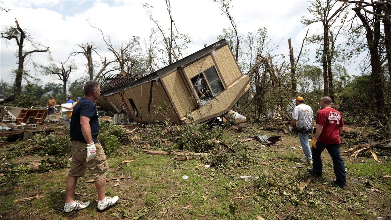 Une maison caravane renversée par la tornade.