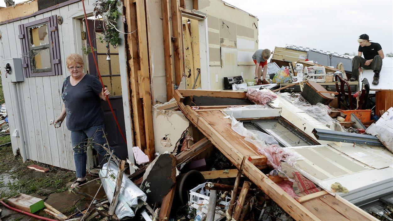 Une résidente dans un parc de caravanes dévastées.