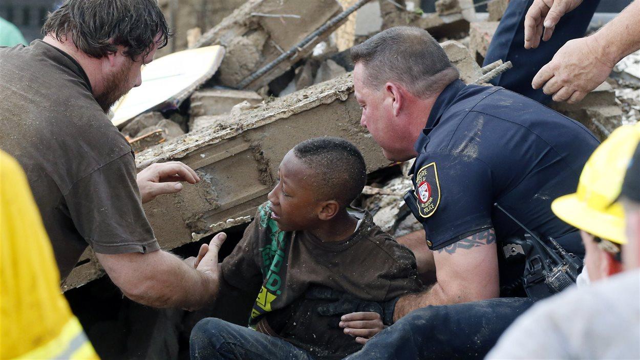 Un élève sorti des décombres de son école.