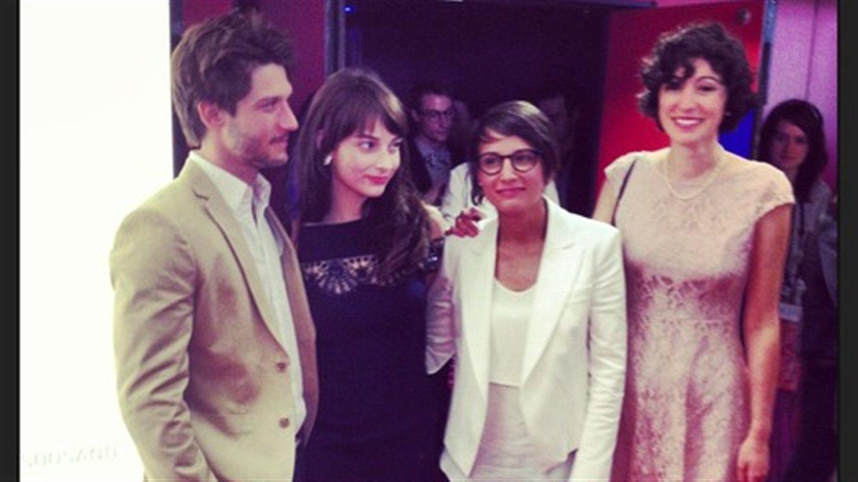 Les acteurs Jean-Sébastien Courchesne et Sophie Desmarais, la cinéaste Chloé Robichaud et la productrice Fanny Laure-Malo à Cannes