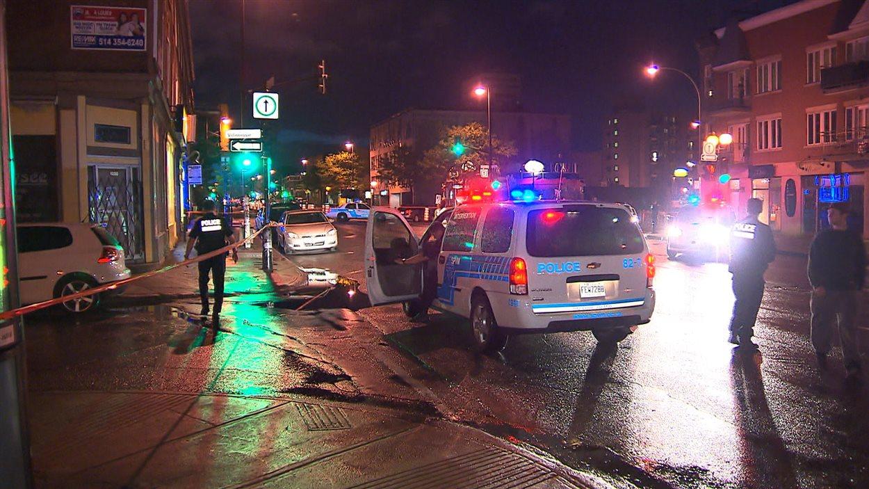 Opération policière devant un commerce de la rue Saint-Denis, à Montréal