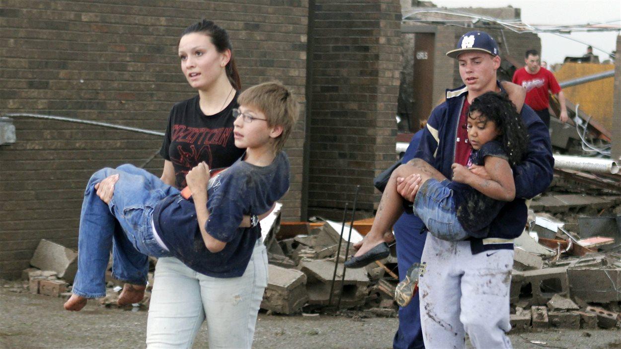 Des enseignants portant des enfants de l'école primaire de Briarwood