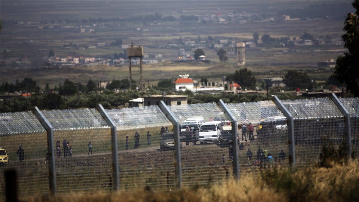 Une photo prise du côté israëlien de la clôture de sécurité séparant la frontière entre la Syrie et Israël, sur le plateau du Golan