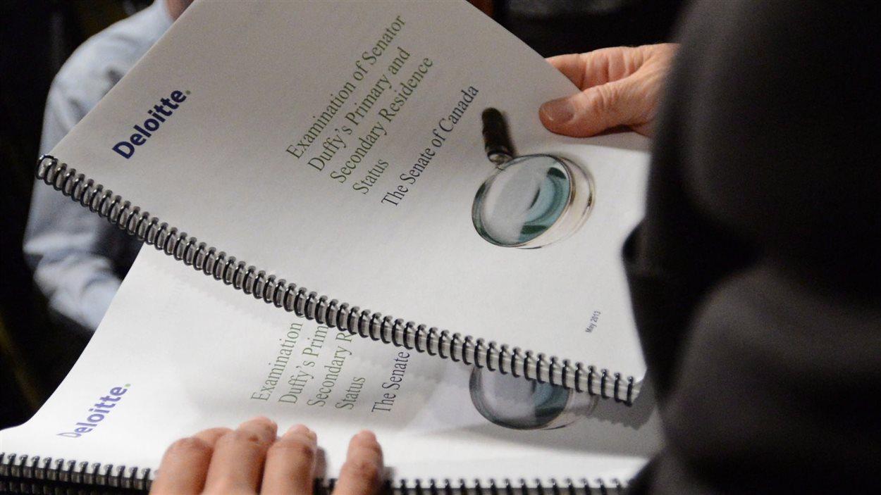 L'audit des dépenses de Mike Duffy remis aux journalistes à Ottawa le 9 mai 2013.