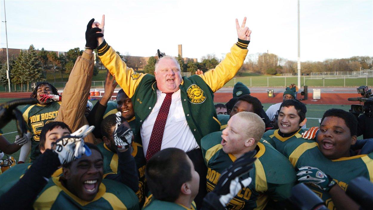 Rob Ford qui célèbre une victoire avec son équipe de football, les Eagles de Don Bosco.