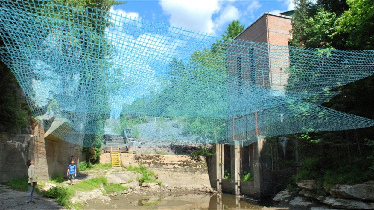 Oeuvre de Valériane Noël et Jérémie St-Pierre présentée lors de la Biennale du lin de Portneuf