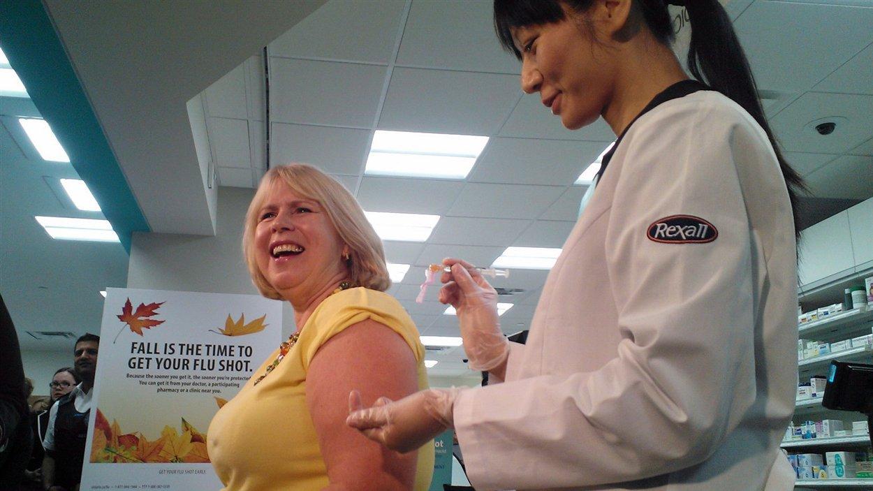 La ministre ontarienne de la Santé reçoit le vaccin contre la grippe dans une pharmacie Rexall en octobre dernier.