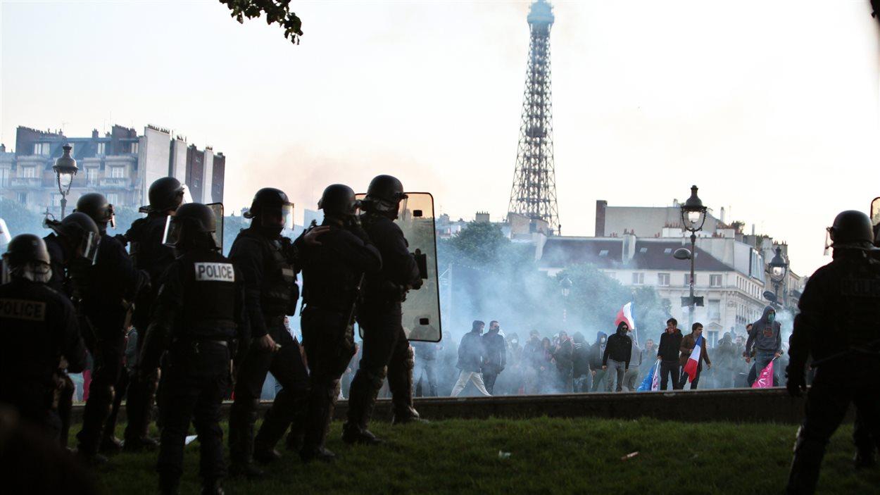 La manifestation contre le mariage homosexuel a tourné à l'affrontement entre des centaines de militants et les policiers dans les rues de Paris.
